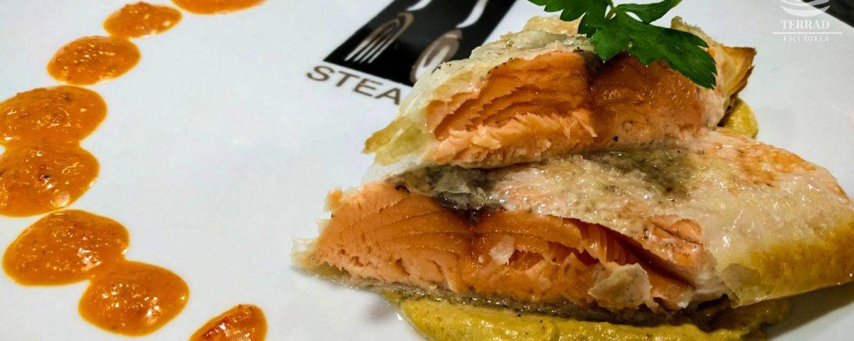 Crujiente de salmón con calçots
