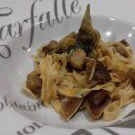 Salteado de pasta con alcachofas, morro y oreja