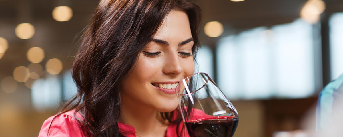 disfrutando de un buen vino