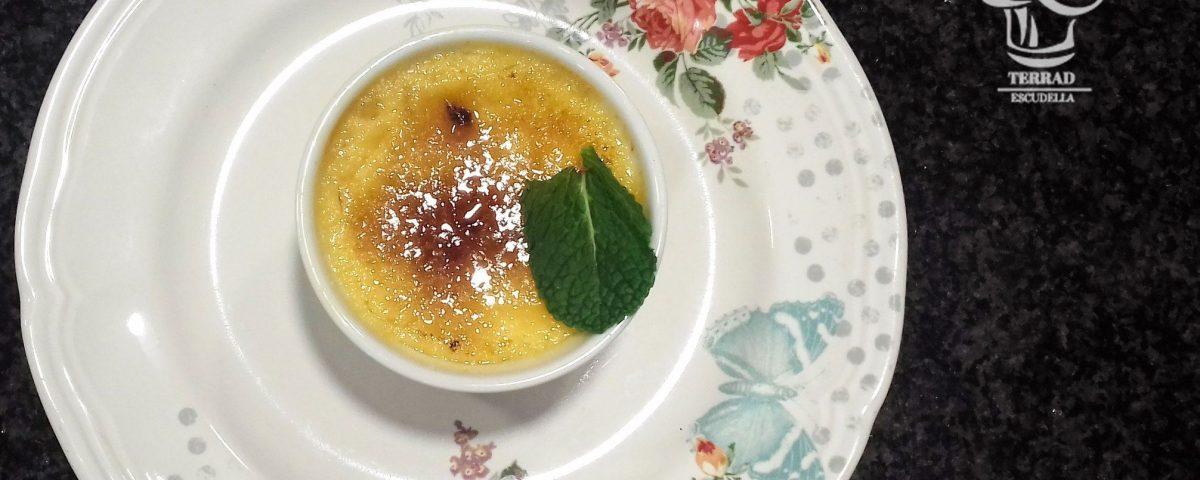 Crema tostada con piña y jengibre