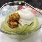 Receta de crema de aguacate con nata helada y nueces caramelizadas
