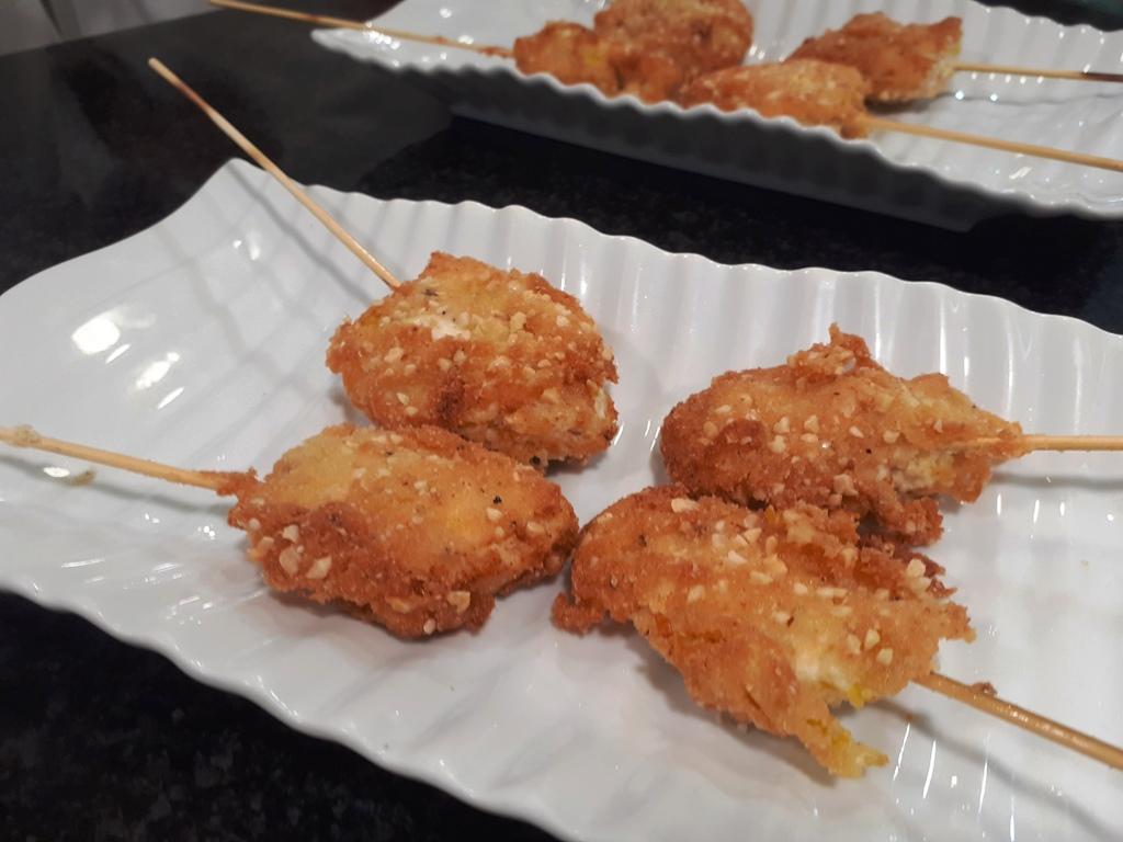 Pinchos empanados con queso